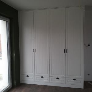 biała szafa z szufladami