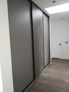 szafa z przesuwanymi drzwiami