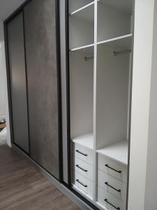 szafa zabudowana półki